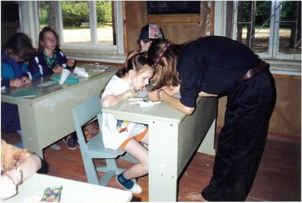 Jag lär mig att göra pärlarmband på mitt första mattekollo (juli 1997)